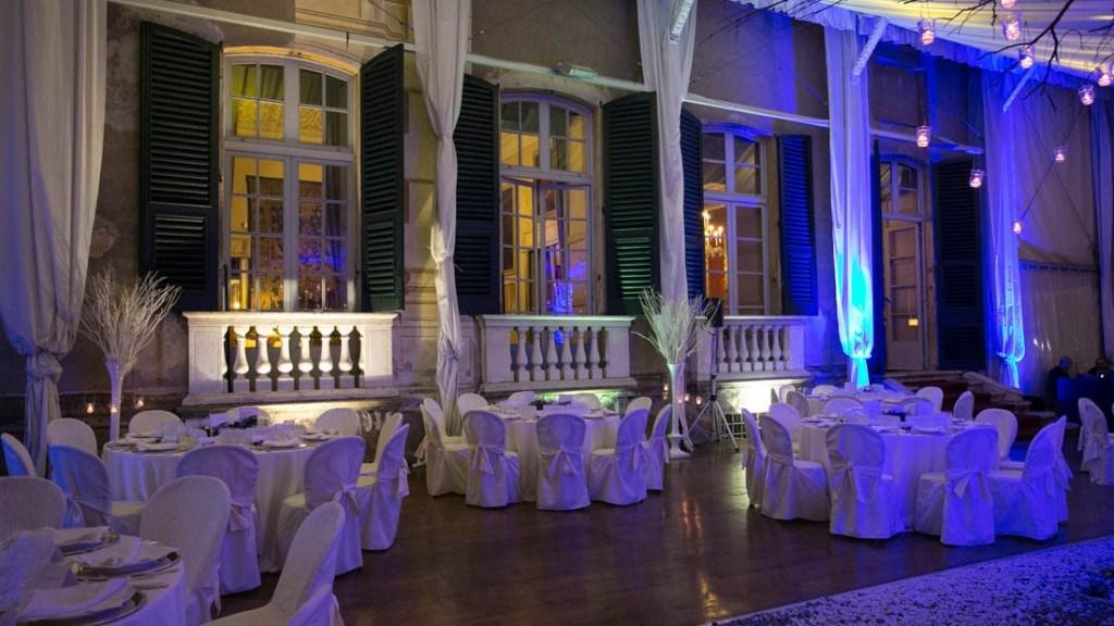 Villa Lo Zerbino tensostruttura allestita per evento aziendale con tovaglie bianche luci soffuse con colori bianco e blu