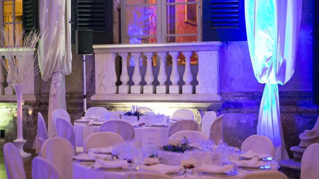 Villa Lo Zerbino tensostruttura allestita per evento aziendale con tovaglie bianche e luci blu