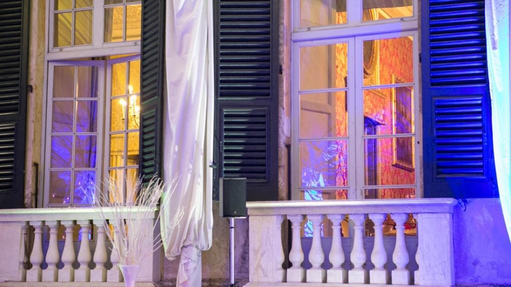 Villa Lo Zerbino finestra vista dalla tensostruttura con illuminazione blu