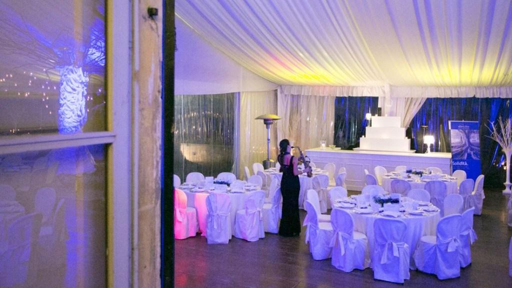 Villa Lo Zerbino tecnostruttura allestita per evento aziendale con tovaglie bianche