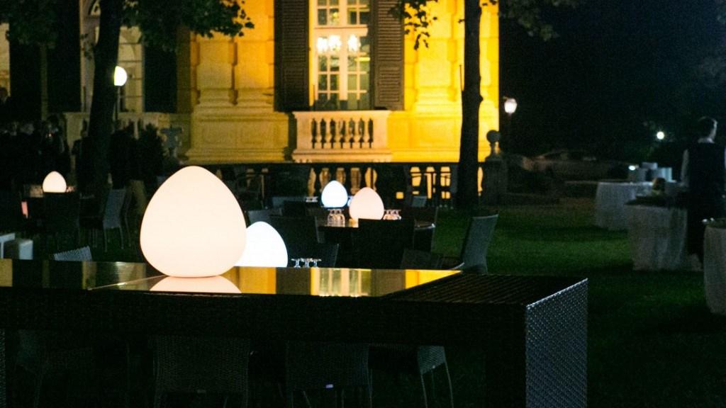 Villa Lo Zerbino evento aziendale all'aperto in giardino con tavoli con luce a centrotavola
