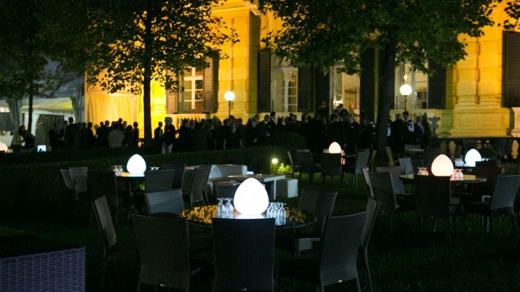 Villa Lo Zerbino evento aziendale all'aperto in giardino con tavoli con centrotavola illuminato