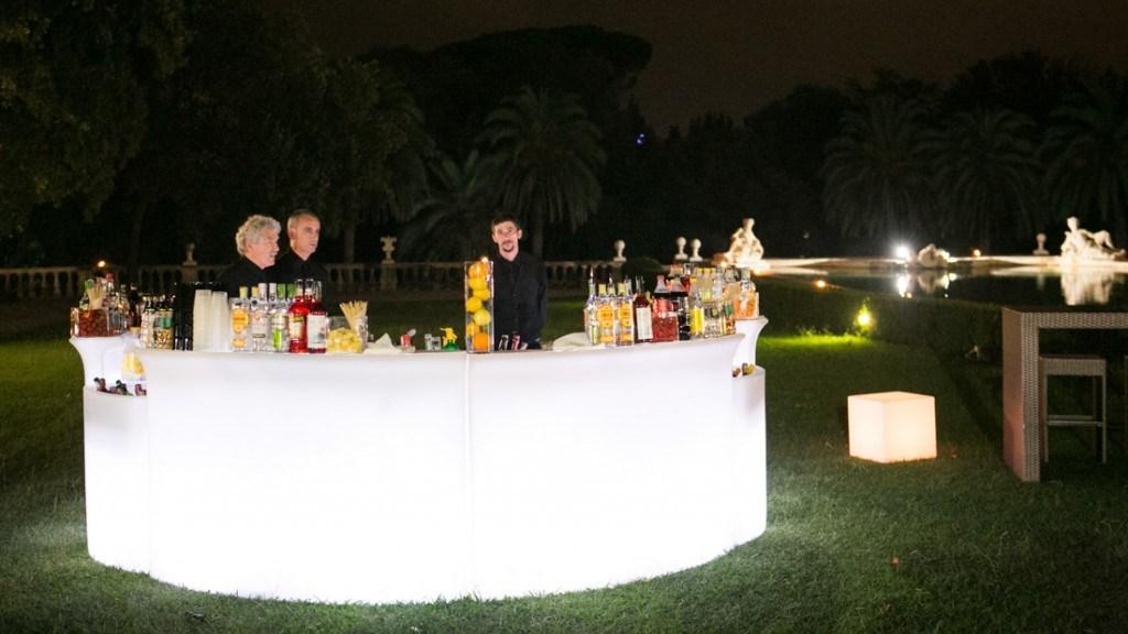 Villa Lo Zerbino bar allestito in giardino per cocktail aziendale all'aperto vista della piscina illuminata