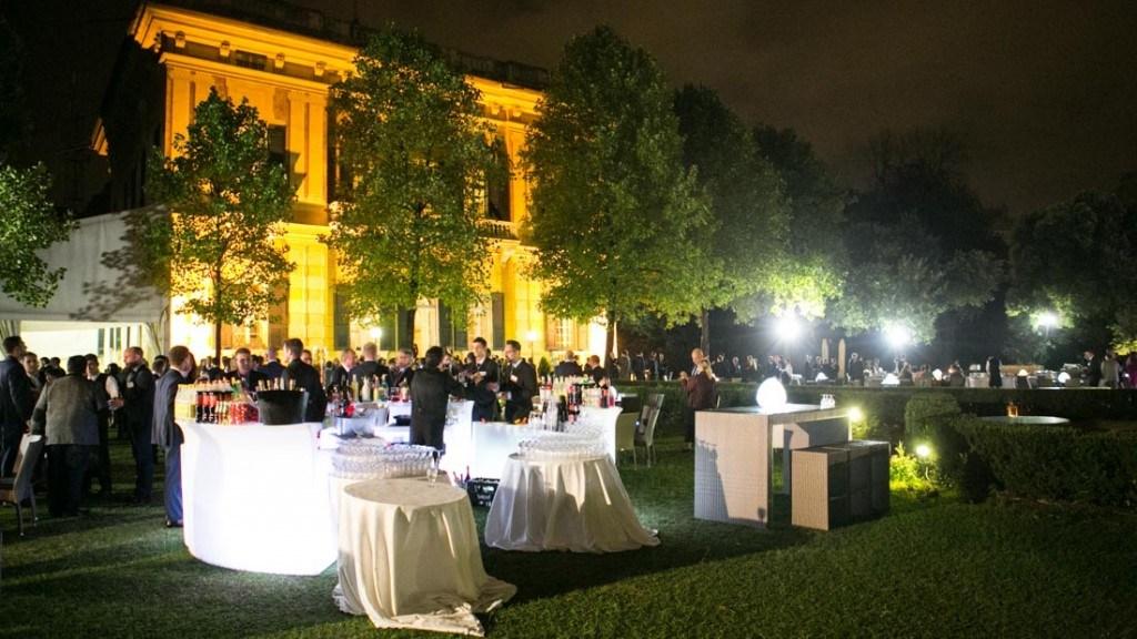 Villa Lo Zerbino cocktail aziendale all'aperto in giardino con tavoli
