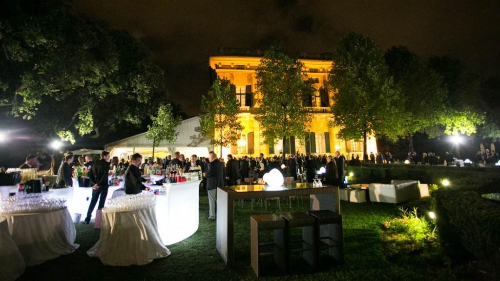 Villa Lo Zerbino cocktail aziendale all'aperto in giardino con vista della facciata illuminata