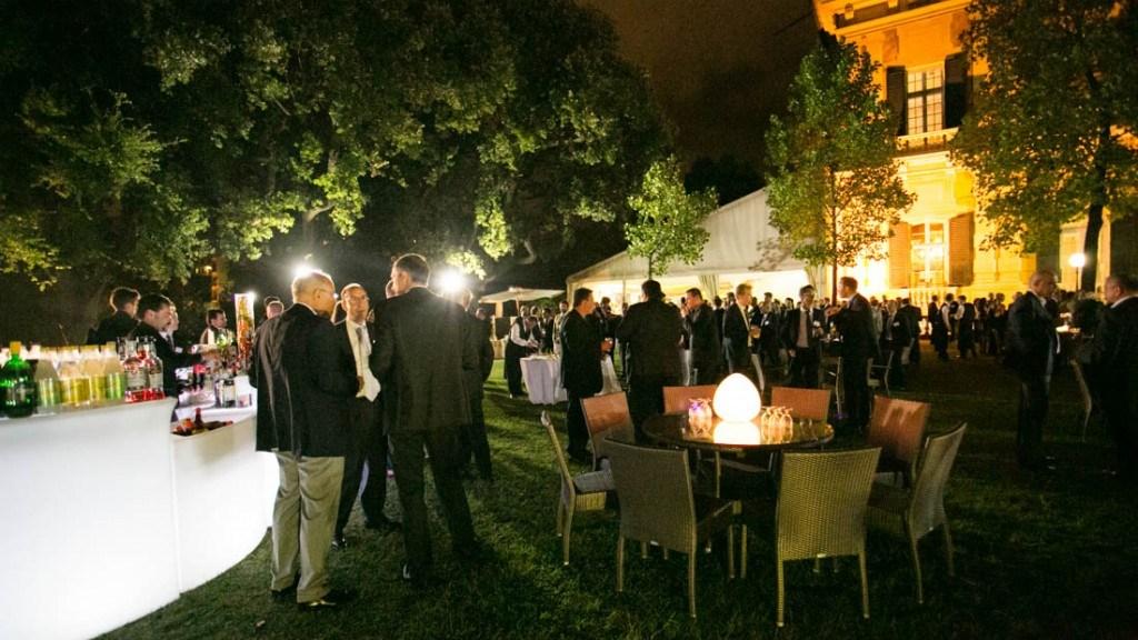 Villa Lo Zerbino cocktail aziendale all'aperto in giardino con tavoli con centrotavola con luci