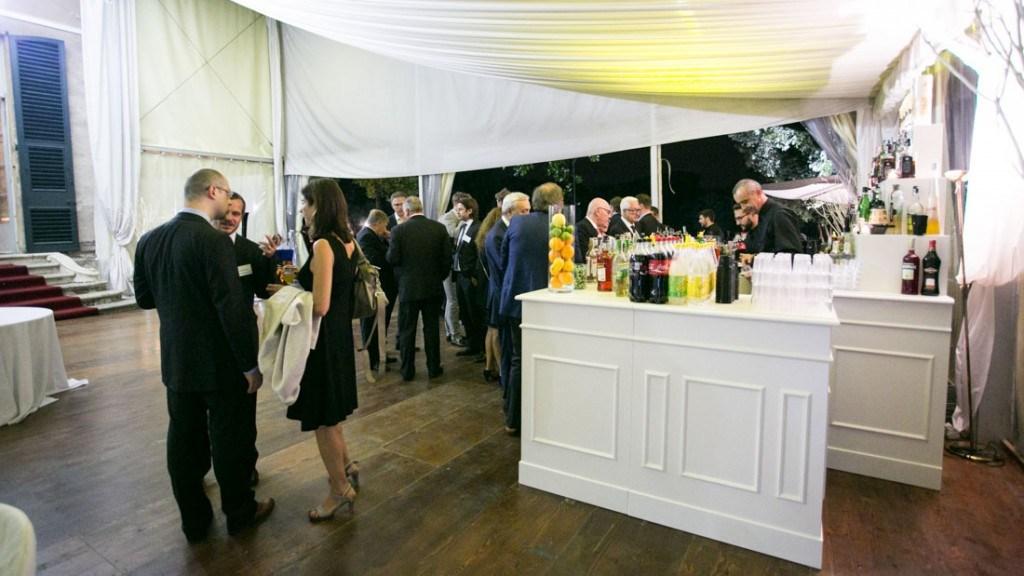 Villa Lo Zerbino cocktail aziendale nella tensostruttura allestita per cocktail aziendale al chiuso vista del bar