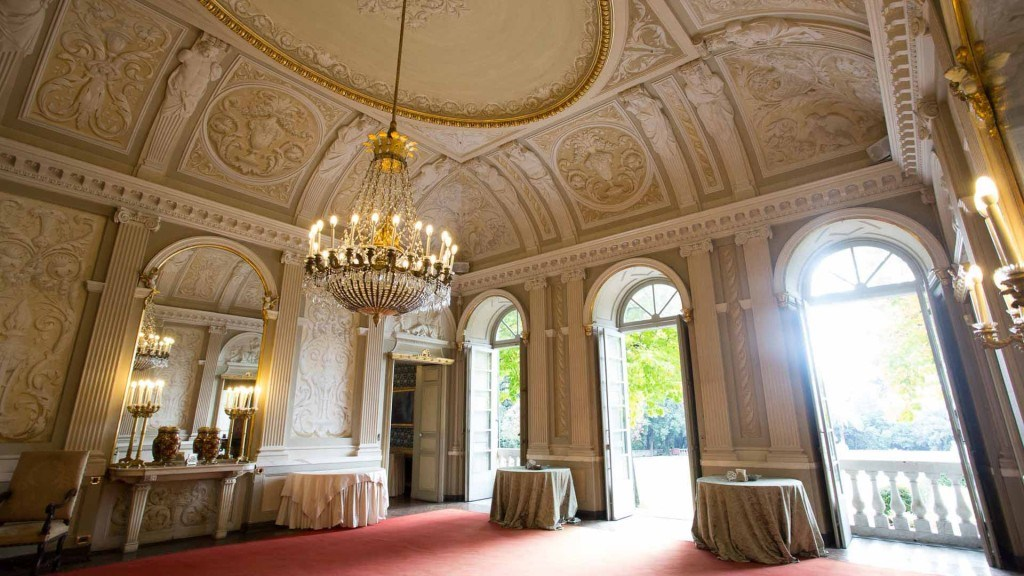 Villa Lo Zerbino vista della sala principale al piano terra lampadario acceso e decori dorati