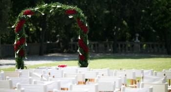 Villa Lo Zerbino matrimonio civile elegante all'aperto sedute bianche arco degli sposi verde con fiori rossi e bianchi