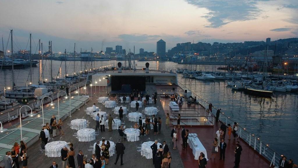 Acquario di Genova vista panoramica della tolda allestita per evento aziendale all'aperto con tavoli per buffet e tavoli