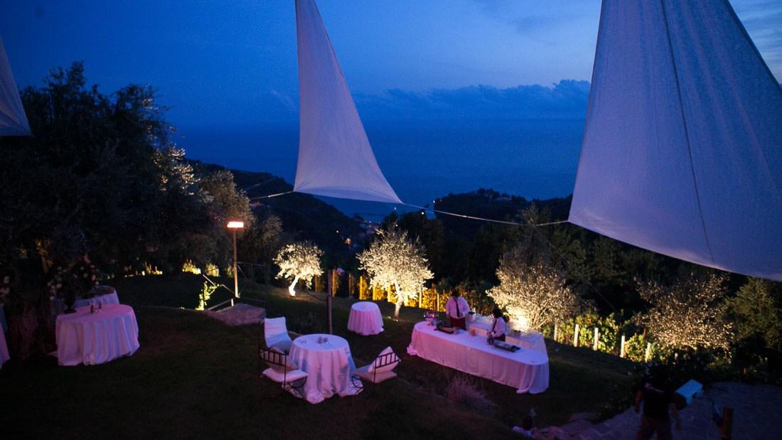 Eremo della maddalena matrimonio elegante all'aperto vista panoramica del giardino allestito per l'apertivo