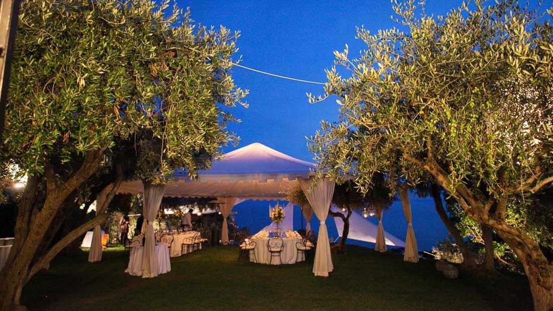 Eremo della maddalena matrimonio elegante all'aperto giardino allestito con tensostruttura con tavoli allestiti per la cena