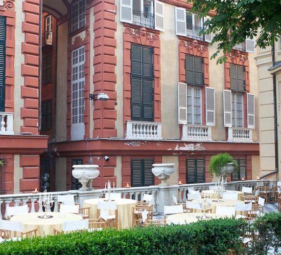 Palazzo Rosso e Palazzo Bianco terrazza allestita per evento aziendale all'aperto con tavoli con candelabri centrotavola