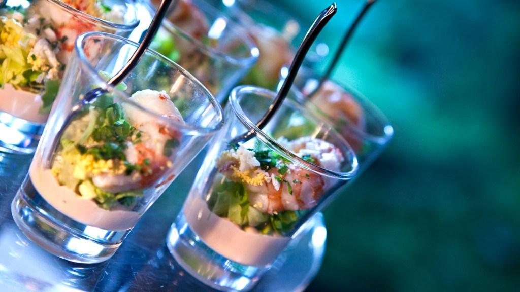 Acquario di Genova aperitivo a buffet con bicchierini di pesce