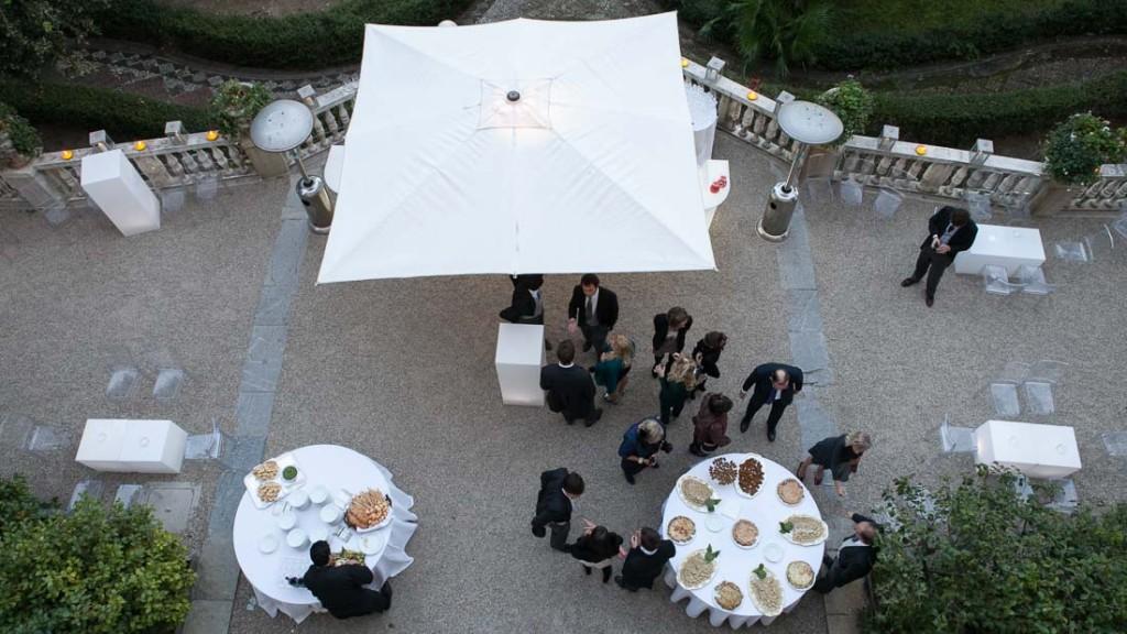 Villa Durazzo matrimonio estivo all'aperto vista dal primo piano del giardino allestito per l'aperitivo con tavoli per i buffet tavoli con tovaglie bianche e sedie trasparenti
