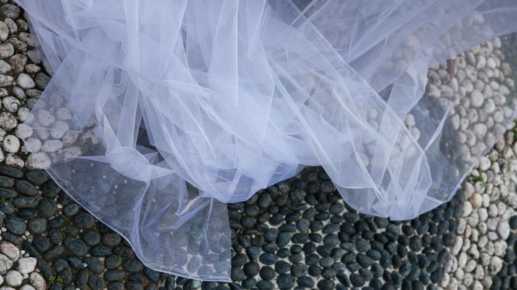 Villa Durazzo matrimonio all'aperto tulle del vestito sulla porzione di giardino con il pavimento ciotolato