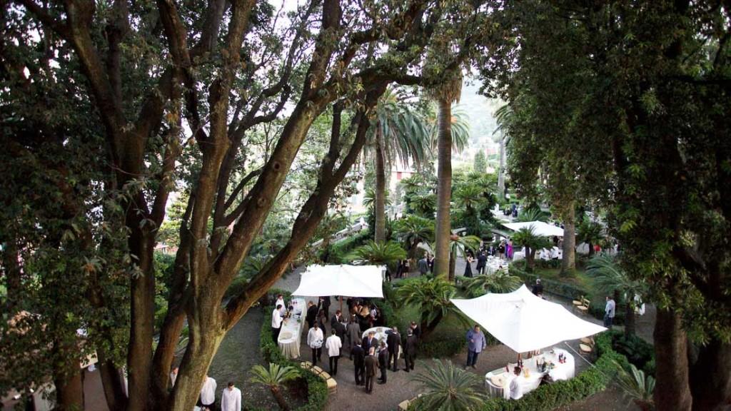 Villa Durazzo matrimonio elegante all'aperto vista dall'alto del giardino allestito per l'aperitivo con ombrelloni e tavoli
