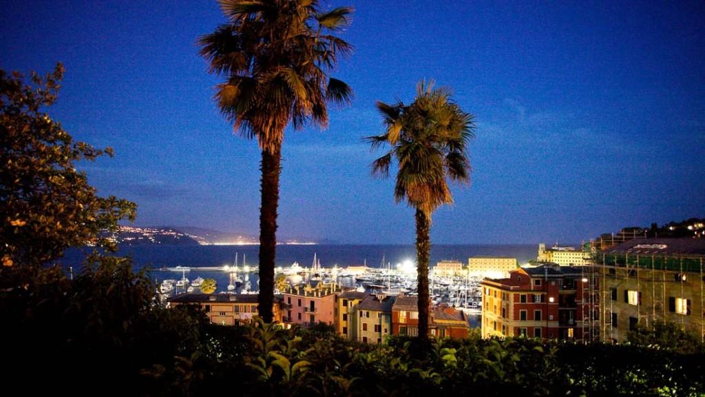 Villa Durazzo vista panoramica del porto di Santa Margherita Ligure dal giardino della villa illuminato per evento serale estivo