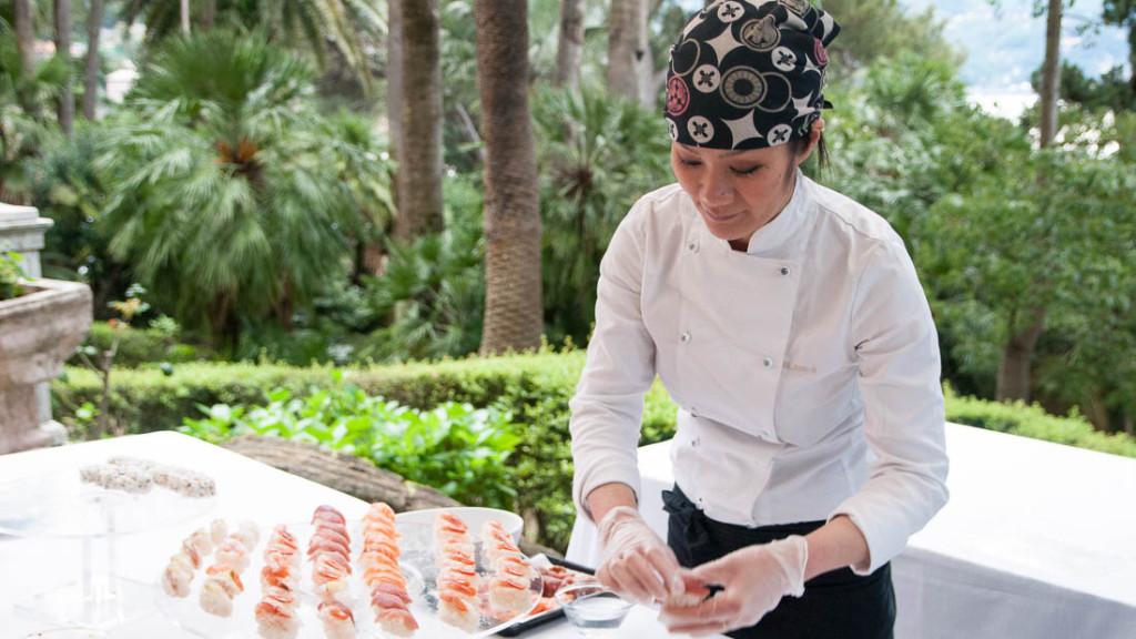 Villa Durazzo matrimonio estivo preparazione isola del sushi per l'aperitivo