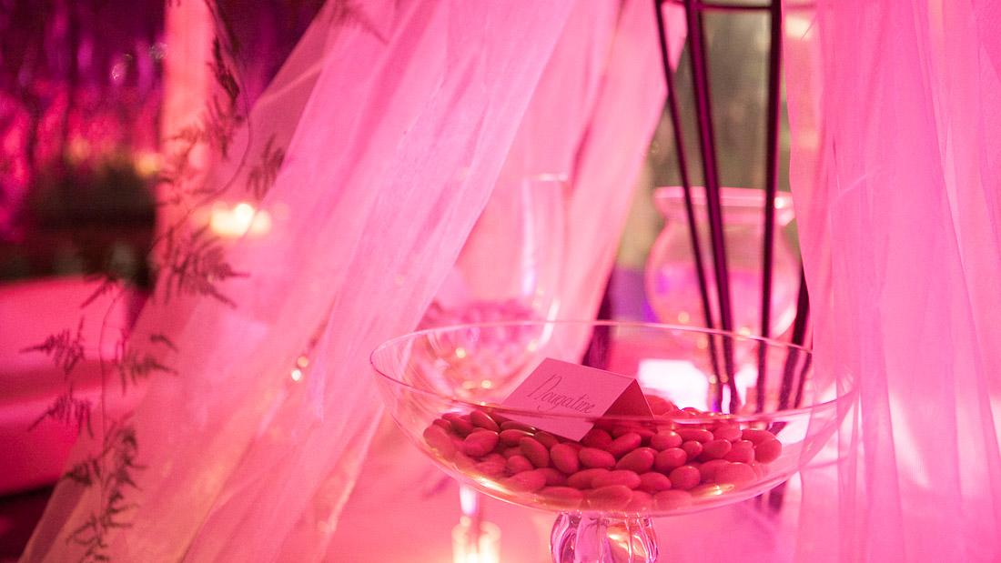 Villa Durazzo matrimonio estivo tavolo allestito con tulle per la confettata vasi trasparenti con confetti fucsia