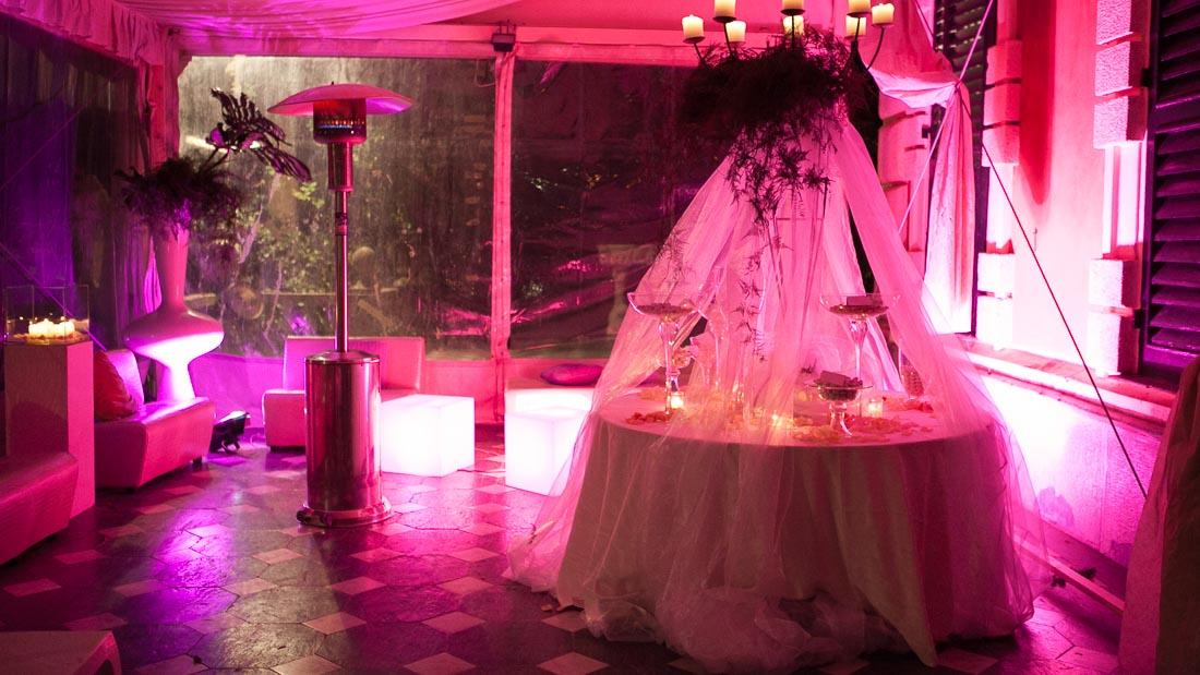 Villa Durazzo matrimonio estivo tensostruttura allestita per la confettata con luci fucsia vasi trasparenti con confetti e candele accese