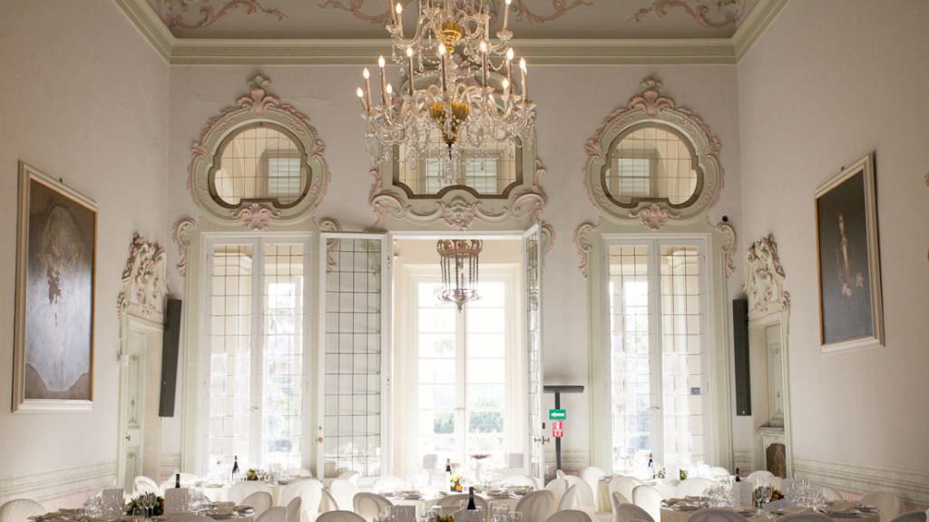 Villa Durazzo matrimonio elegante sala al primo piano allestita con i tavoli con tovaglie bianche per il pranzo