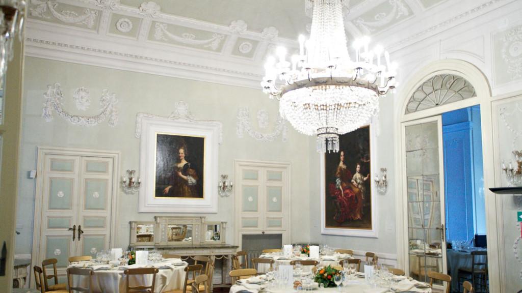 Villa Durazzo matrimonio sala allestita con tavoli con tovaglie bianche