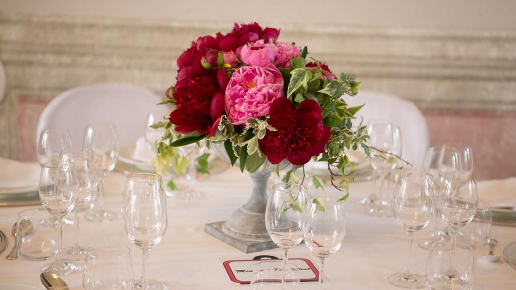 Villa Durazzo matrimonio estivo elegante tavolo con tovaglia bianca centrotavola con fiori rosa e fucsia