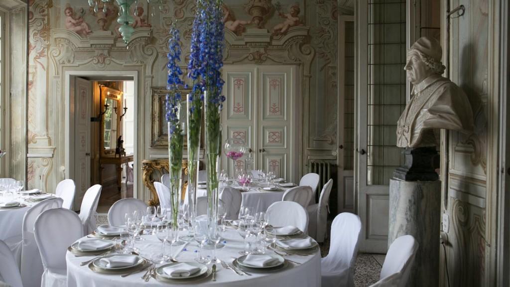 Villa Durazzo matrimonio elegante estivo sala al primo piano allestita per la cena con tavoli con tovaglie bianche e centrotavola di fiori colorati