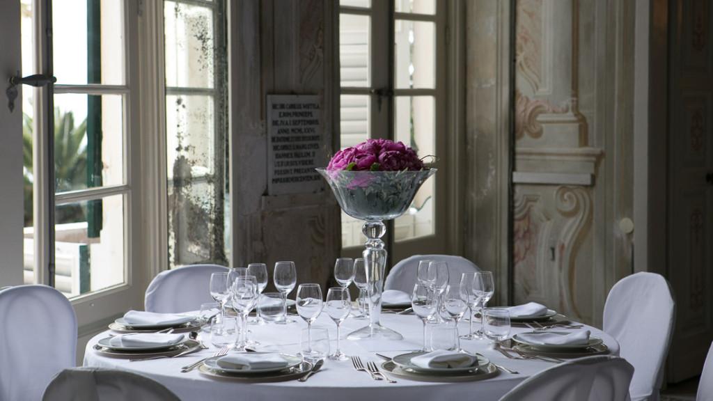Villa Durazzo matrimonio elegante estivo tavolo allestito con tovaglie bianche e centrotavola di fiori colorati su vaso trasparente alto
