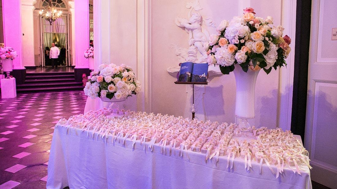Villa Durazzo matrimonio elegante tavolo con le bomboniere allestito con rose bianche e color pesca