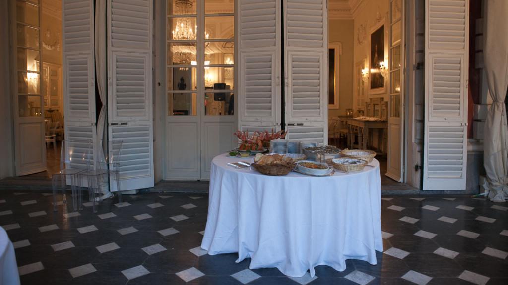 Villa Durazzo matrimonio tavolo preparato per il buffet dell'aperitivo nella tensostruttura