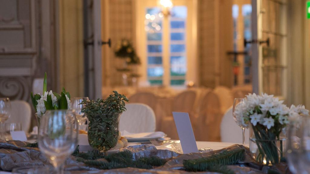 Villa Durazzo matrimonio elegante centrotavola con piccoli vasi trasparenti con fiorellini e menu della cena