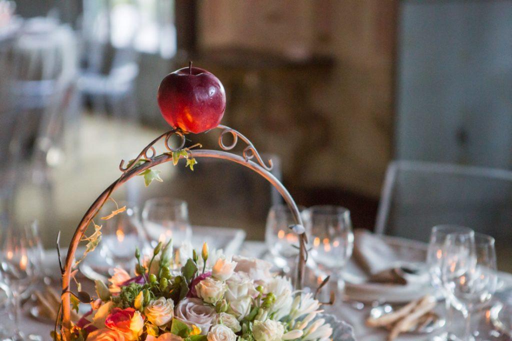 villa faraggiana matrimonio elegante centrotavola in ferro battuto con fiori e mela