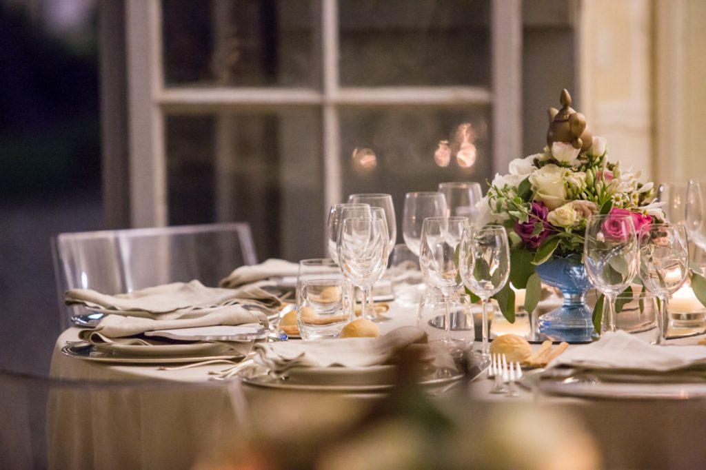villa faraggiana matrimonio elegante tavolo allestito con tovaglia beige mise en place e con centrotavola di fiori