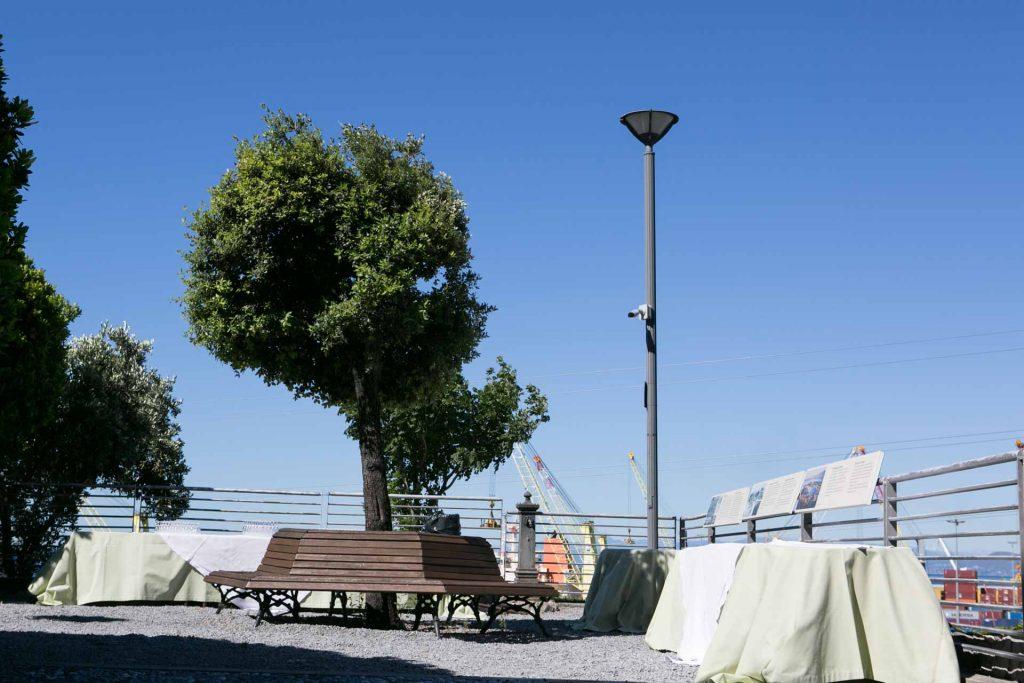 Lanterna di Genova vista panoramica del giardino allestito per evento aziendale di giorno tavoli